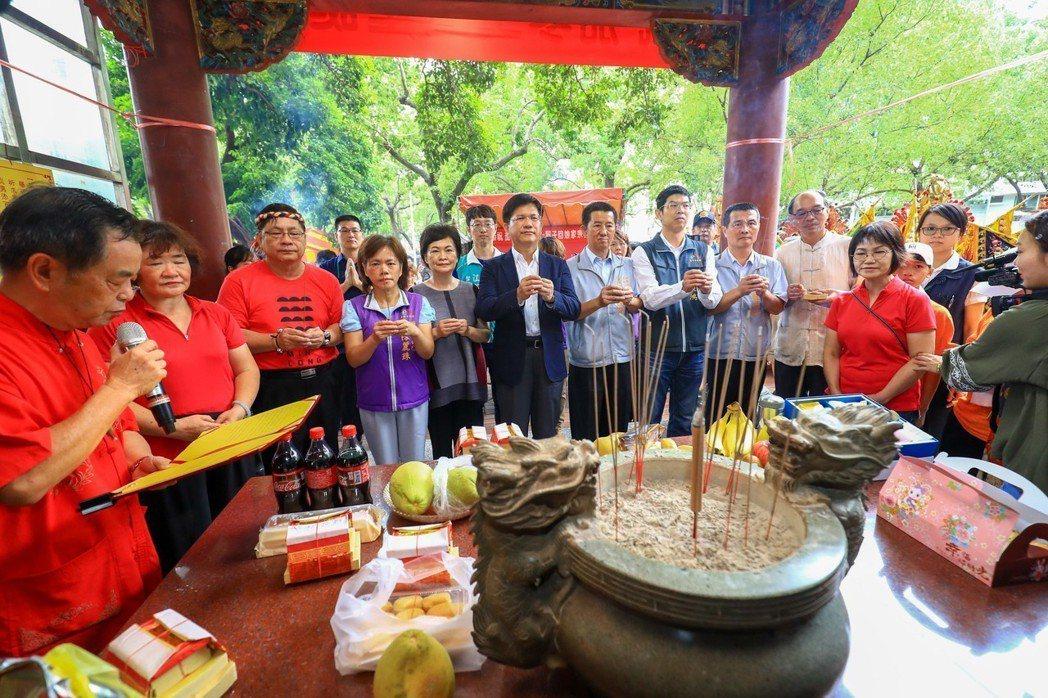 台中市長林佳龍(左六)是茄苳公的契子,每年中秋必定前往祝壽。 圖/台中市新聞局提...