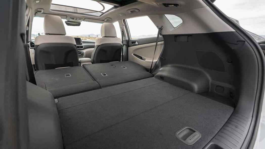 後座座椅提供6/4分離,在傾倒後共有1,727公升的容量表現。 摘自Hyundai