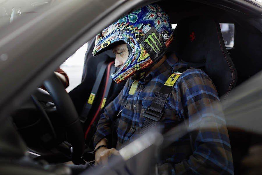 Rossi不管在哪,安全帽總是亮點。 Ferrari提供