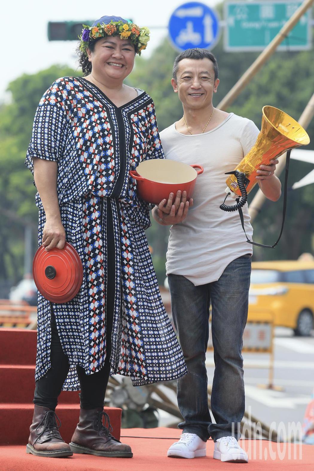 原住民歌手巴奈(左)下午在凱達格蘭大道舉行最新EP《凱道巴奈流浪記》發片記者會,...