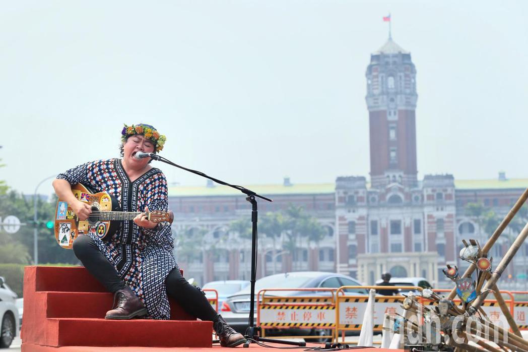 原住民歌手巴奈下午在凱達格蘭大道舉行最新EP《凱道巴奈流浪記》發片記者會。記者林