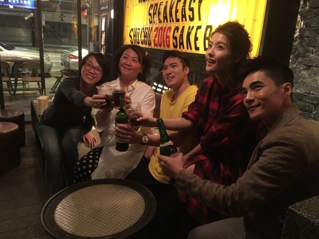 周美玲(左起)、王琄、沈建宏、王樂妍與是元介為「阿青,回家了」首映成功,舉杯慶祝...
