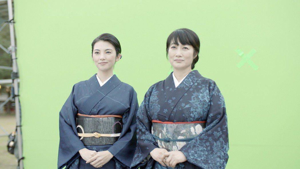 田中麗奈(左)與余貴美子在綠幕前演戲。圖/華映提供
