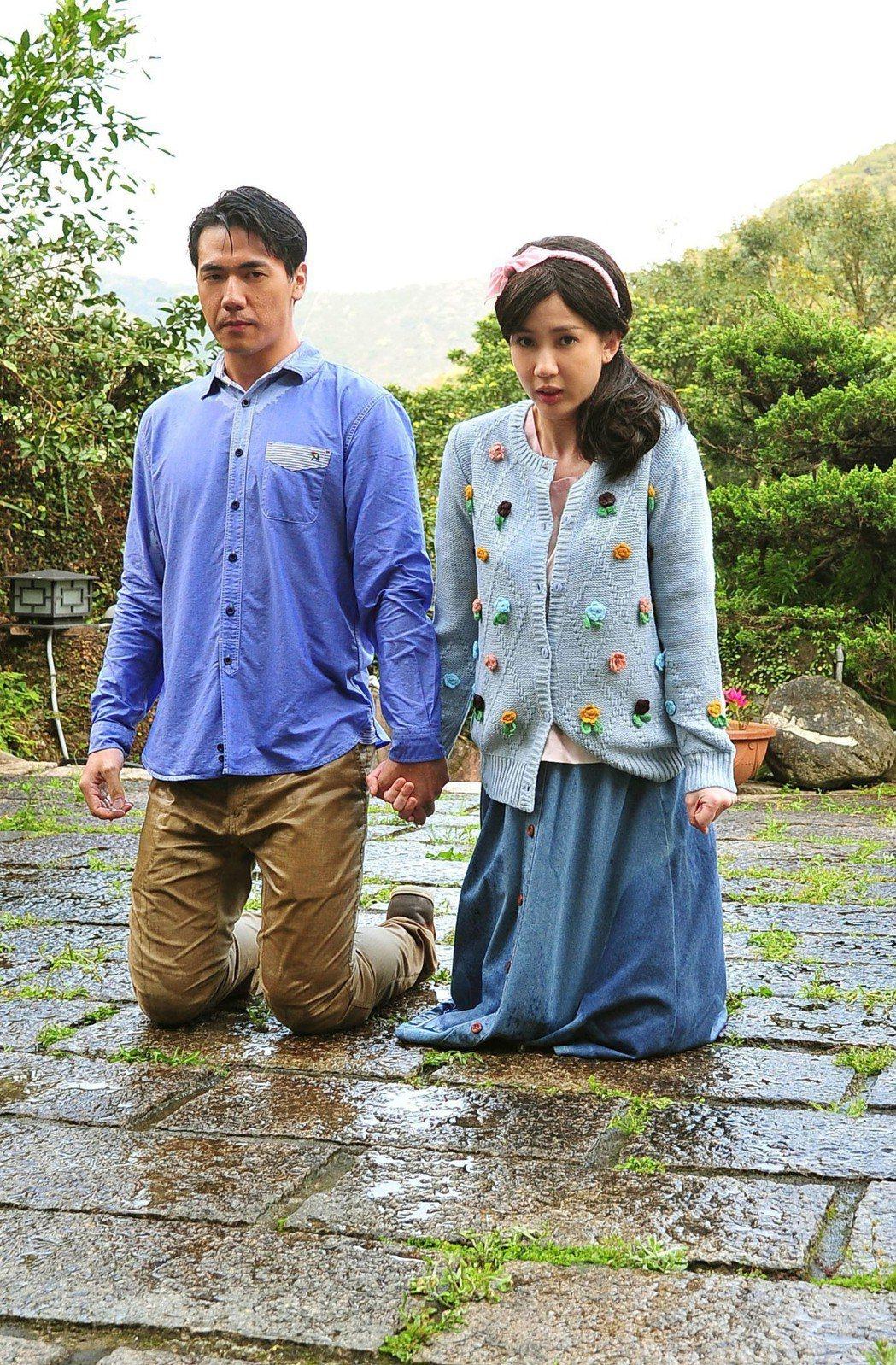 張艾亞(右)和惟毅辛苦拍攝濕身跪地戲。圖/台視提供