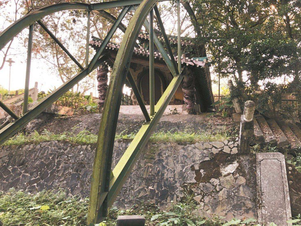 竹山照鏡亭在921地震被錯動的斷層破壞倒塌,居民選擇保留原貌,讓大家看到大自然破...
