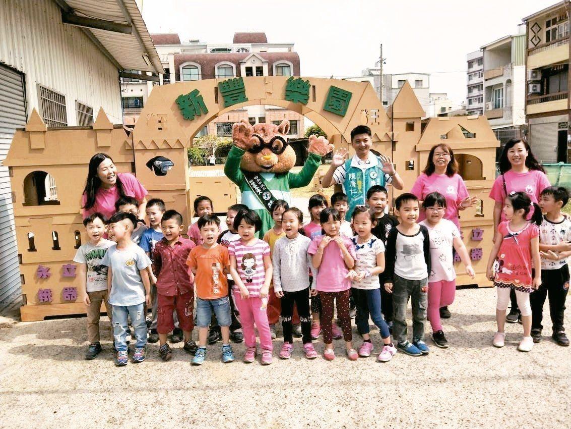 爭取台南市南關線民進黨議員初選提名的陳膺仁,將競選總部打造成小型兒童樂園。 圖/...