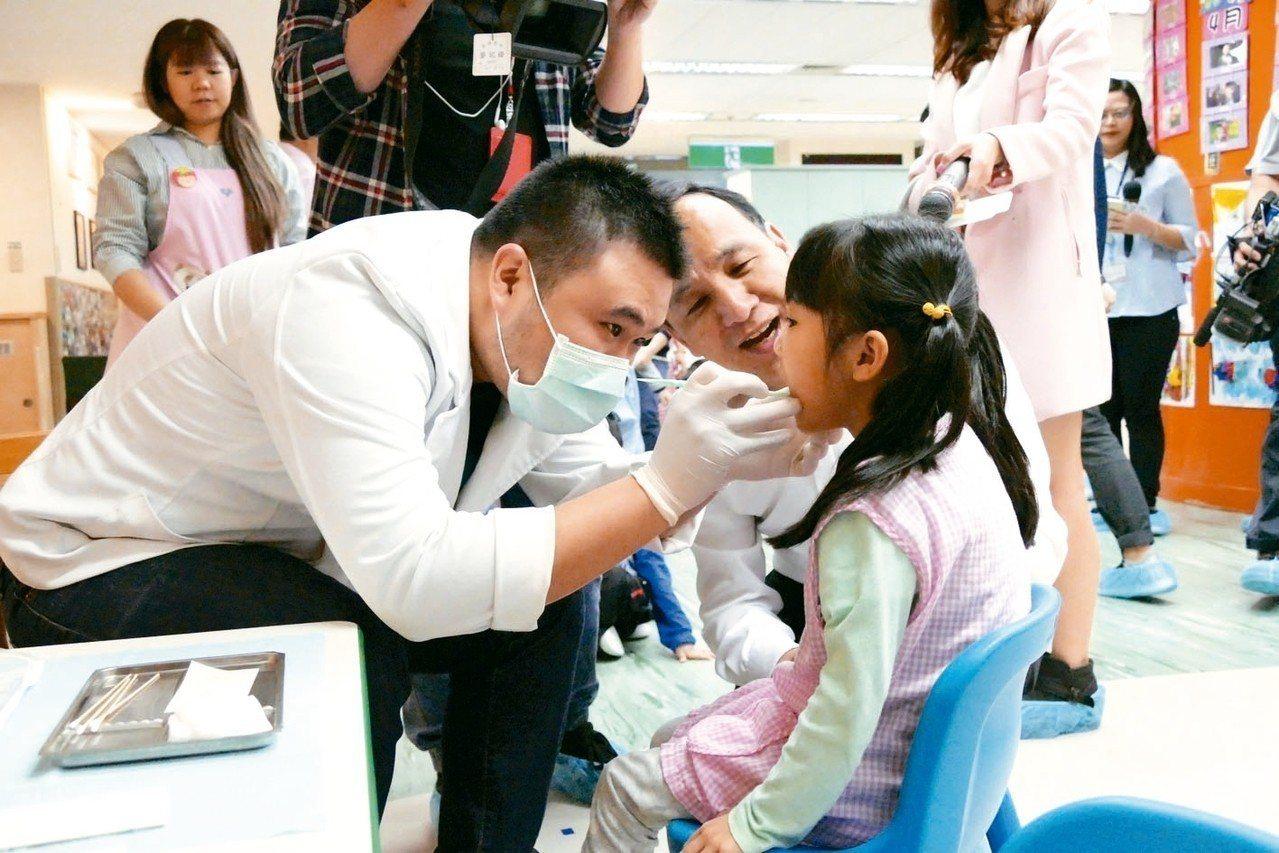 國健署提醒家長把握孩子的黃金發展時期,依兒童健康手冊所列時程定期帶孩子前往檢查。...