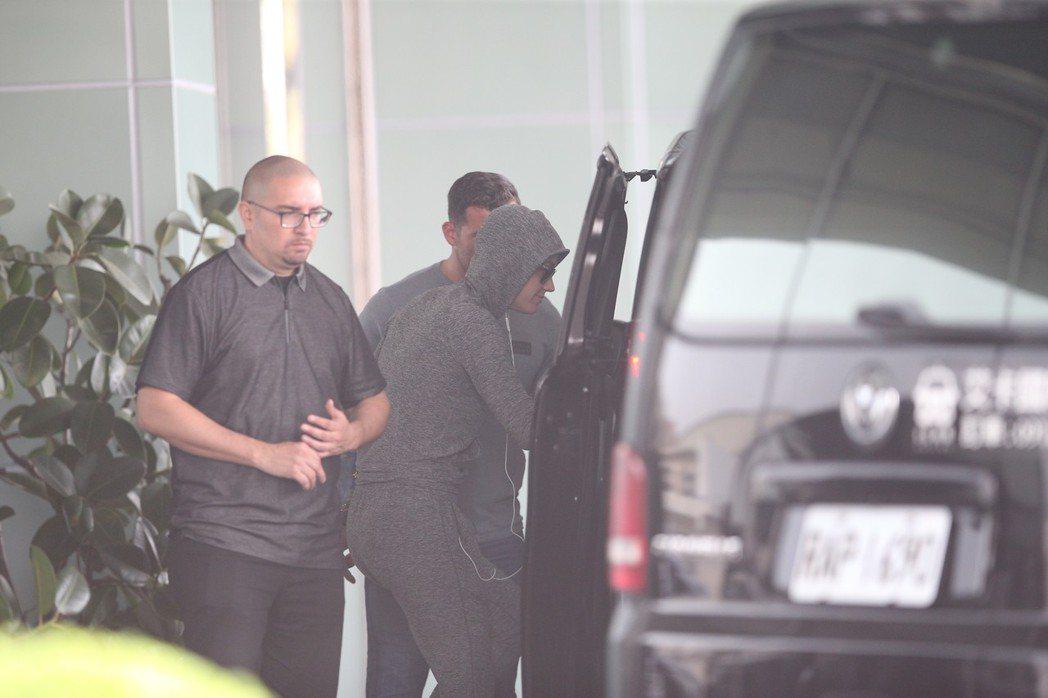 歌手凱蒂佩芮(右)下午近兩點抵台,在隨行保鏢嚴密的保護下,步上座車。記者陳正興/...