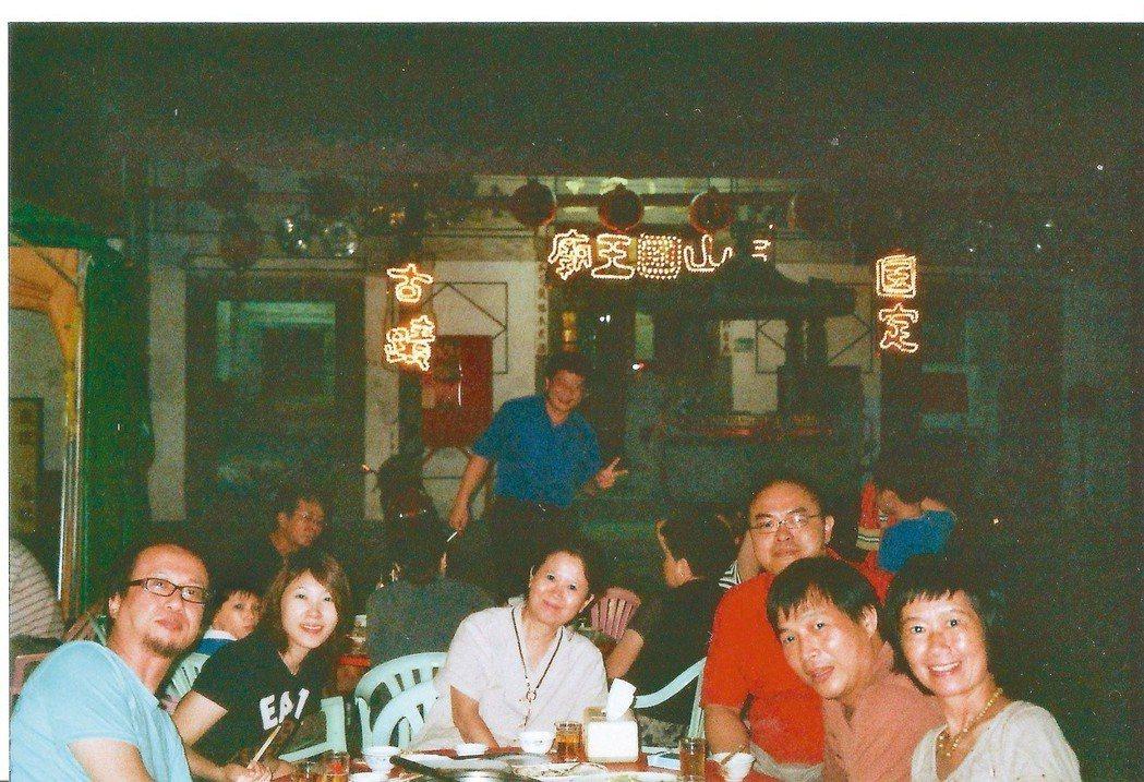 2009年,小說家駱以軍(右三)、丁名慶(左一)來台南拜訪他們的大學老師翁文嫻(...