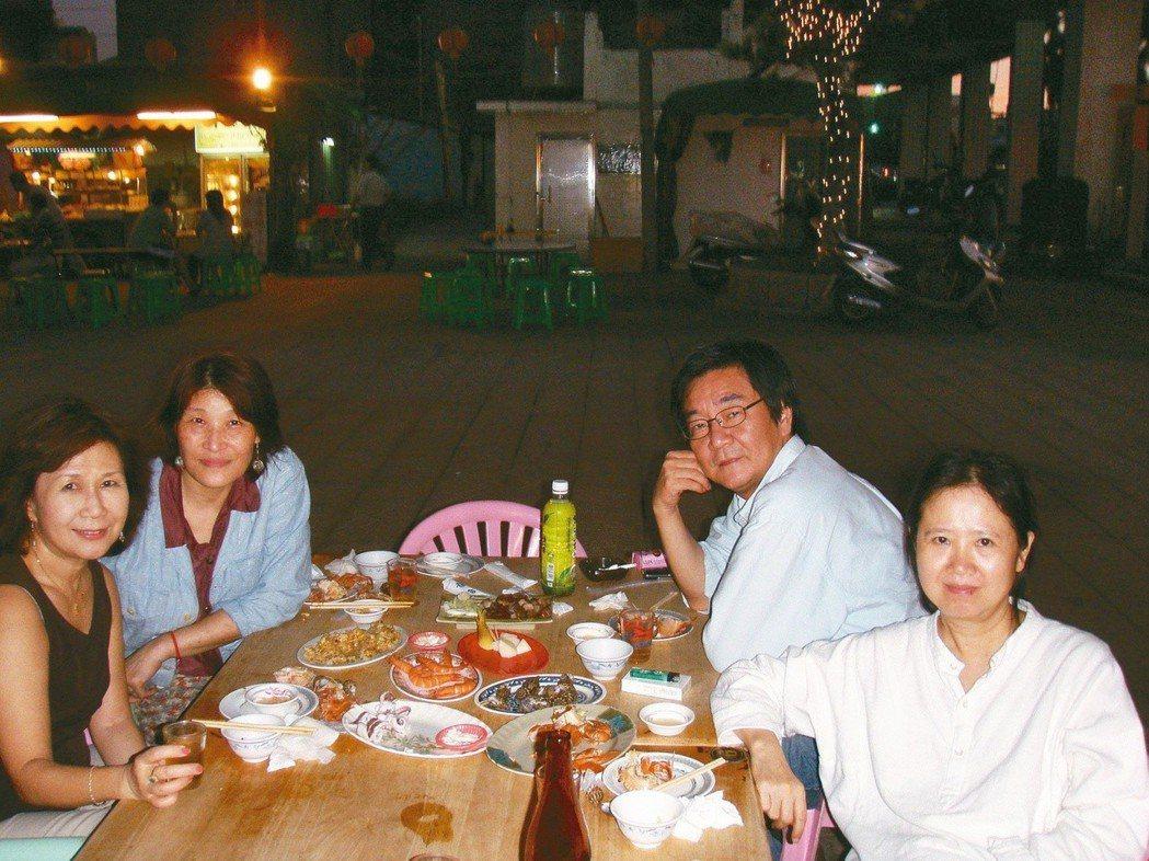 2008年7月,台南三山國王廟埕海鮮攤。李黎(左起)、袁瓊瓊、初安民、蘇偉貞。
