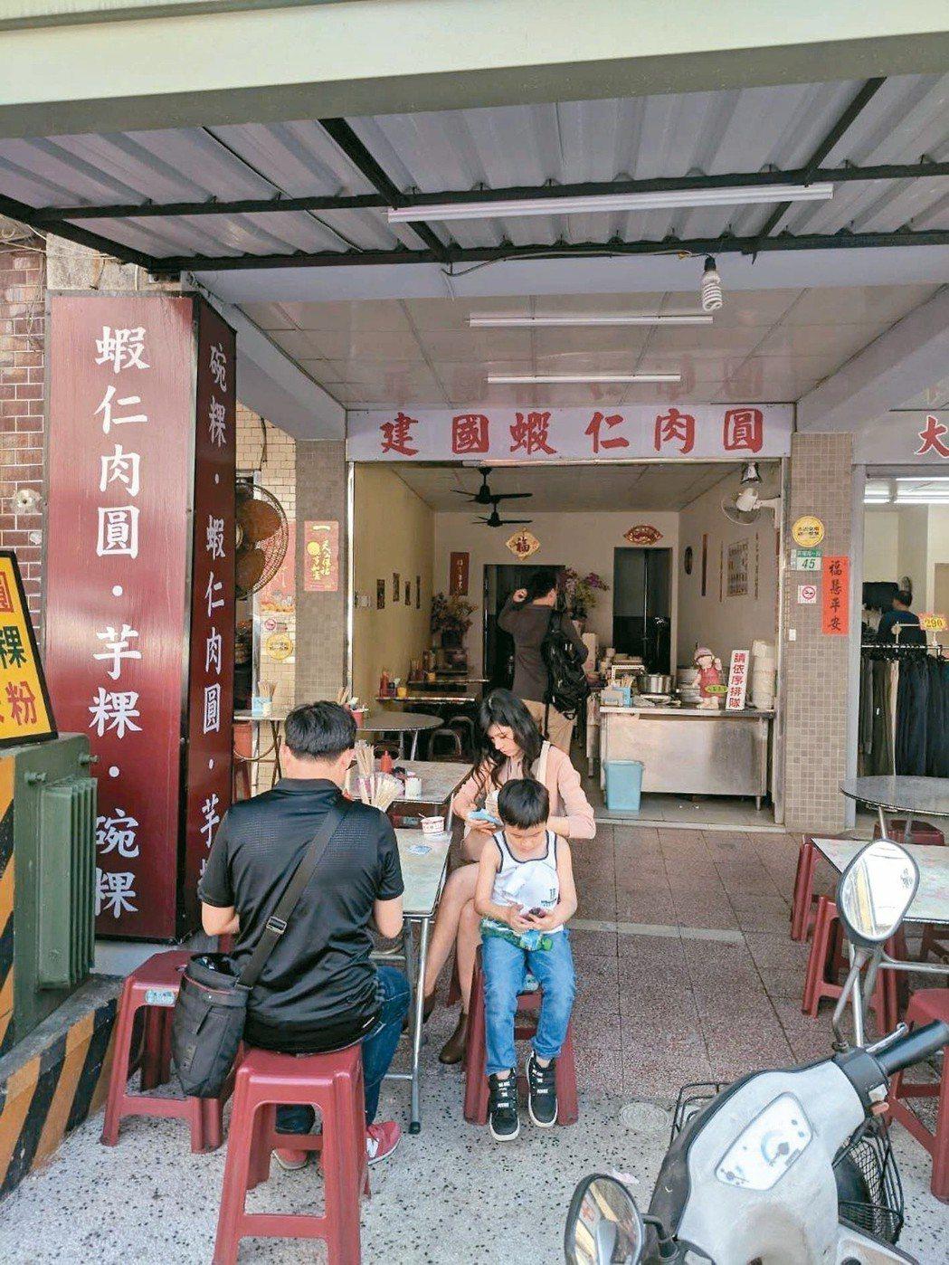 就像這家建國路上的蝦仁肉圓,台南的小吃長達一甲子。