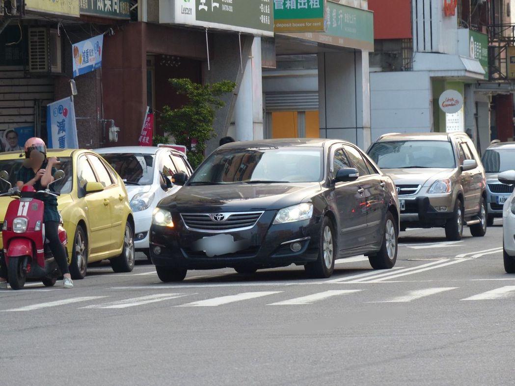 汽車占用機車停等區,害機車無法停等,小心被檢舉達人盯上。記者劉明岩/攝影