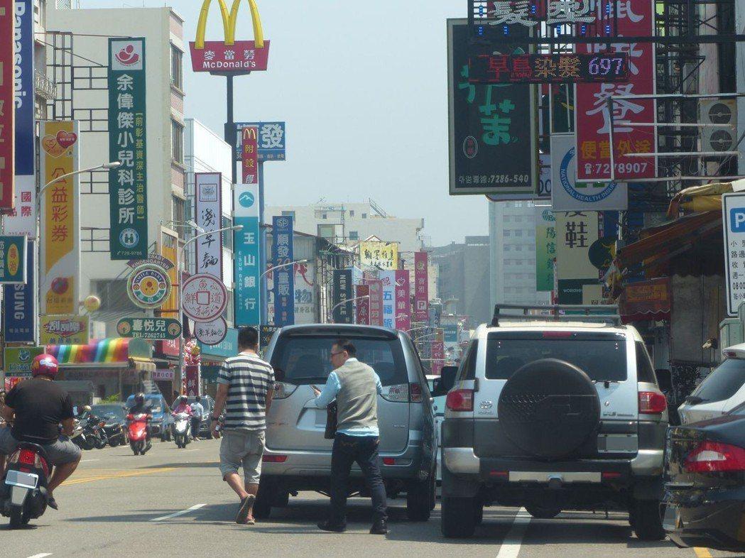 違規併排停車,機車及行人被迫走上快車道,十分危險,有人看不順眼就會檢舉。記者劉明...