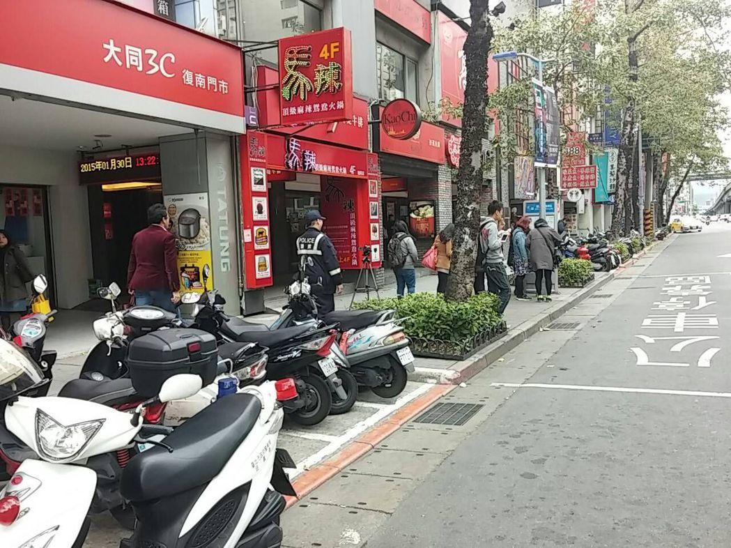 台北市10大違規停車熱點之首的復興南路一處公車停靠區,單月被同一名檢舉人檢舉逾百...