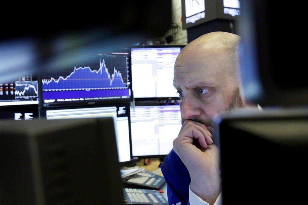 美股三大指數3日盤中跌逾2%,道瓊工業指數一度跌587.44點。 美聯社