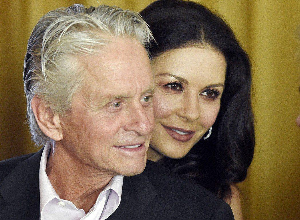 明星麥克道格拉斯曾表示,威而鋼幫了他大忙,右為小他25歲的妻子凱薩琳麗塔瓊斯。 ...