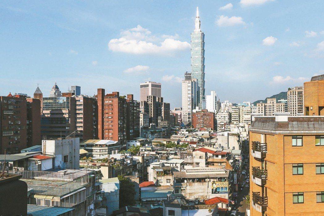 去年六都民眾購屋總價全部上升,和2015年相比,台北市增加124萬元最多。 報系...