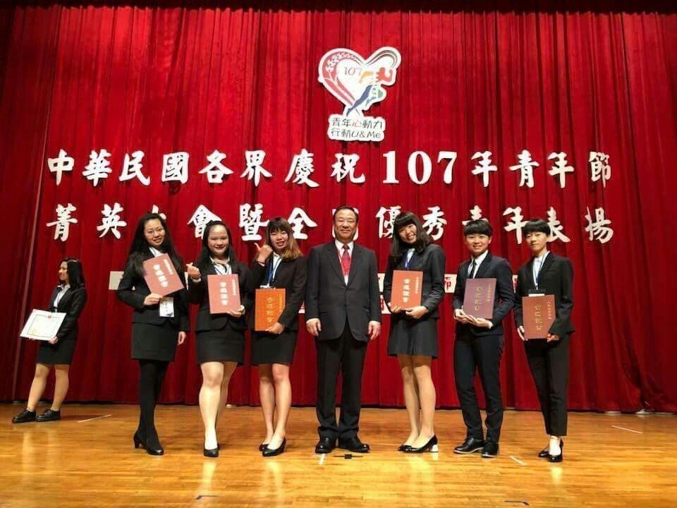 大葉大學醫材學程大四生劉桂萍(左二)29日獲頒全國大專優秀青年 大葉大學/提供。