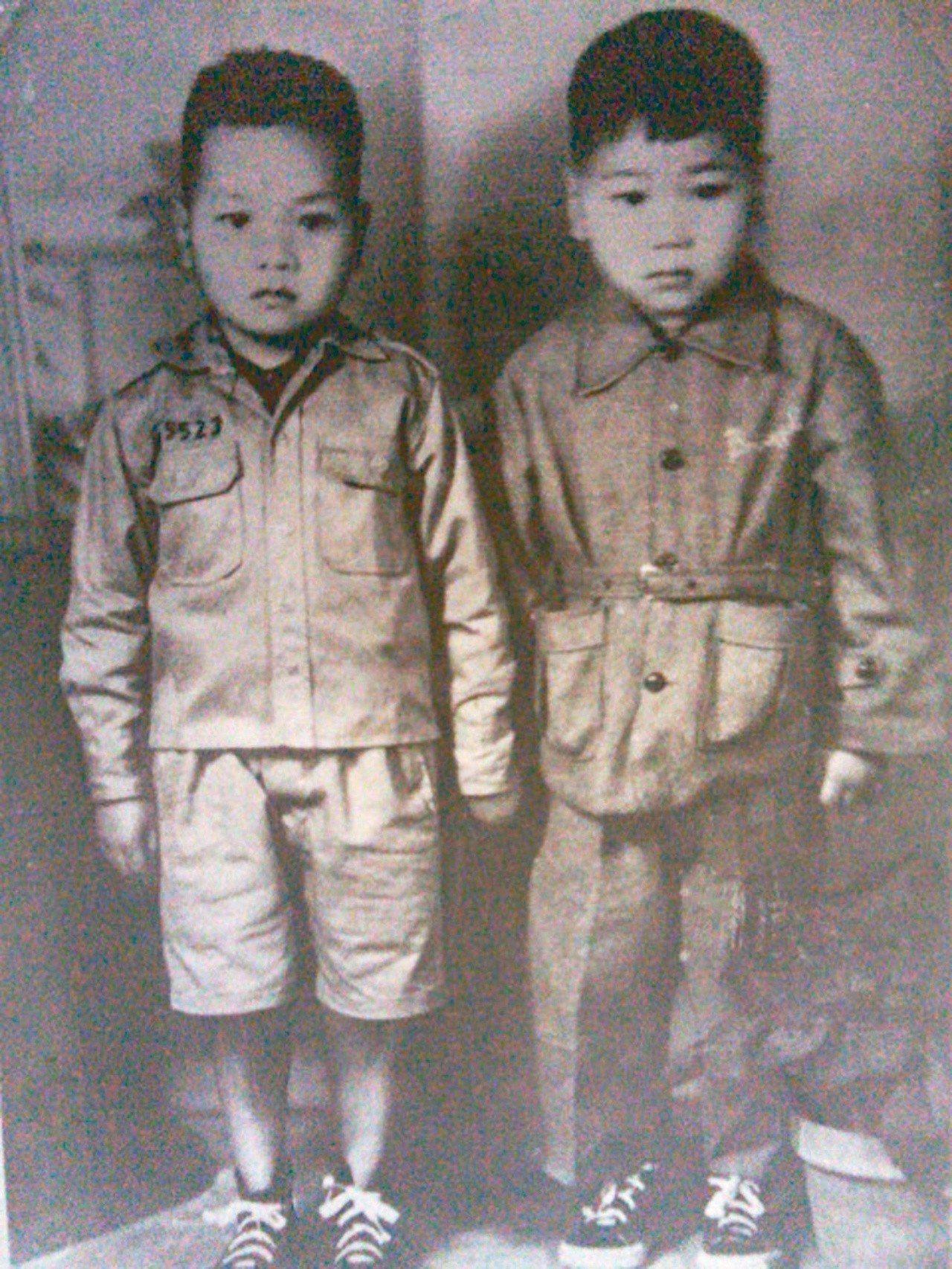 1956年春節,阿盛(左)與弟弟合影。