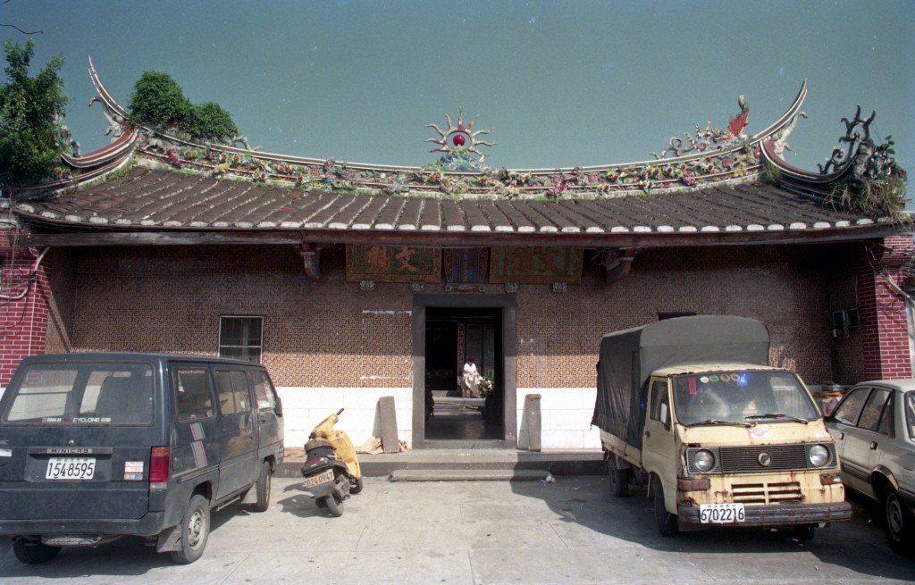 陳遜言興建的陳悅記祖厝是北台灣少數尚存的單脊式燕尾屋頂四落舉人宅,為合院閩南式建...