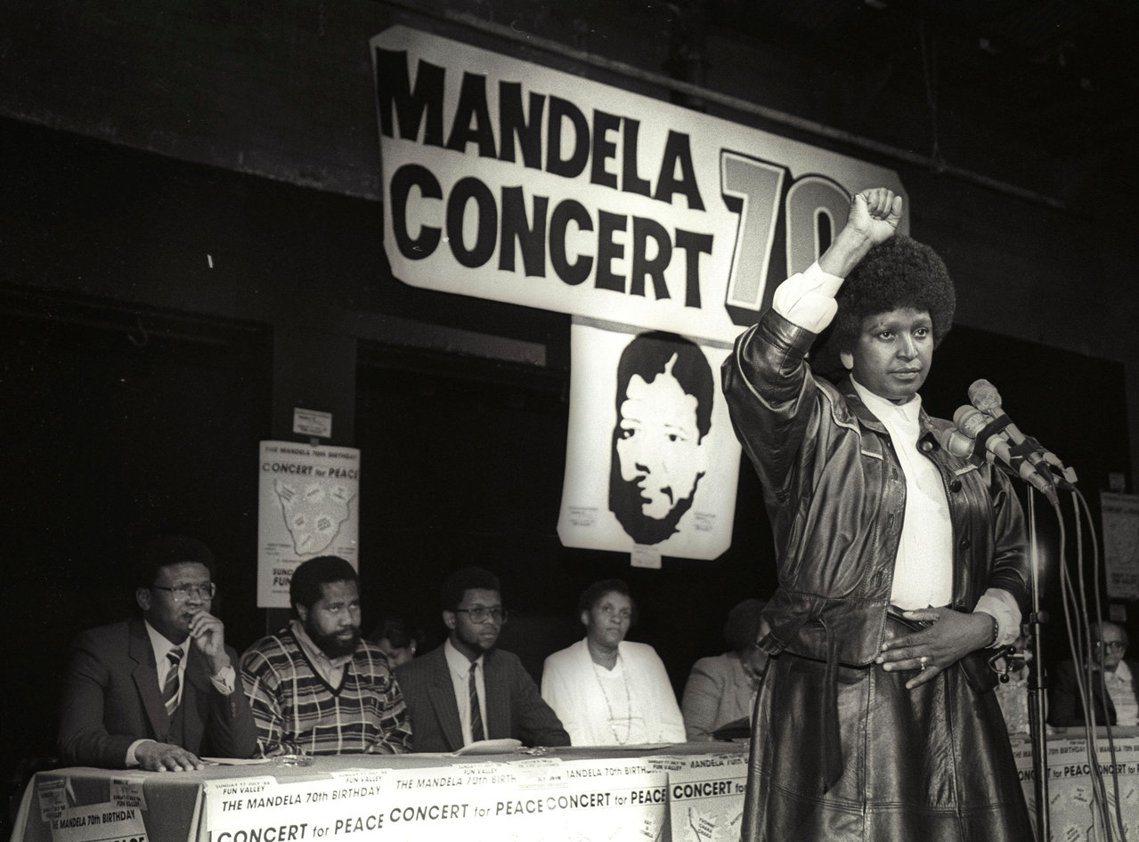南非人權鬥士溫妮・曼德拉以反種族隔離聞名,2日於約翰尼斯堡的一家醫院病逝,享壽8...