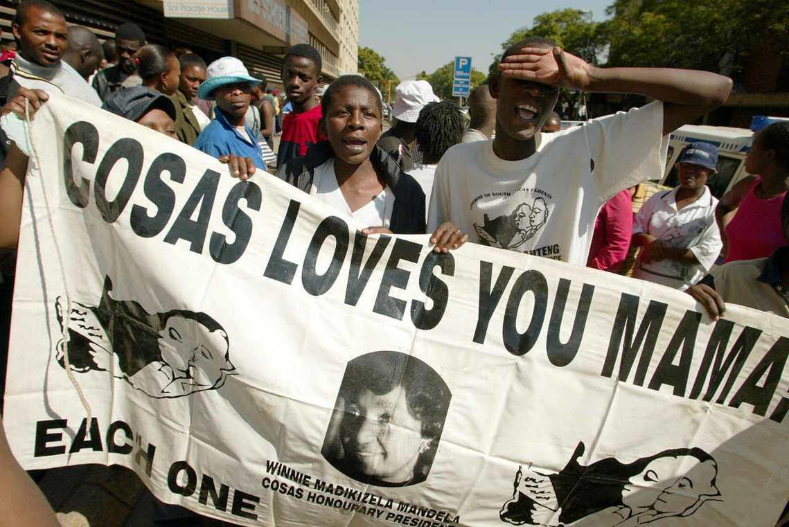 溫妮成為反種族隔離運動的標誌性人物,有「南非國母」之稱。圖為溫妮支持者,甚至在旗...