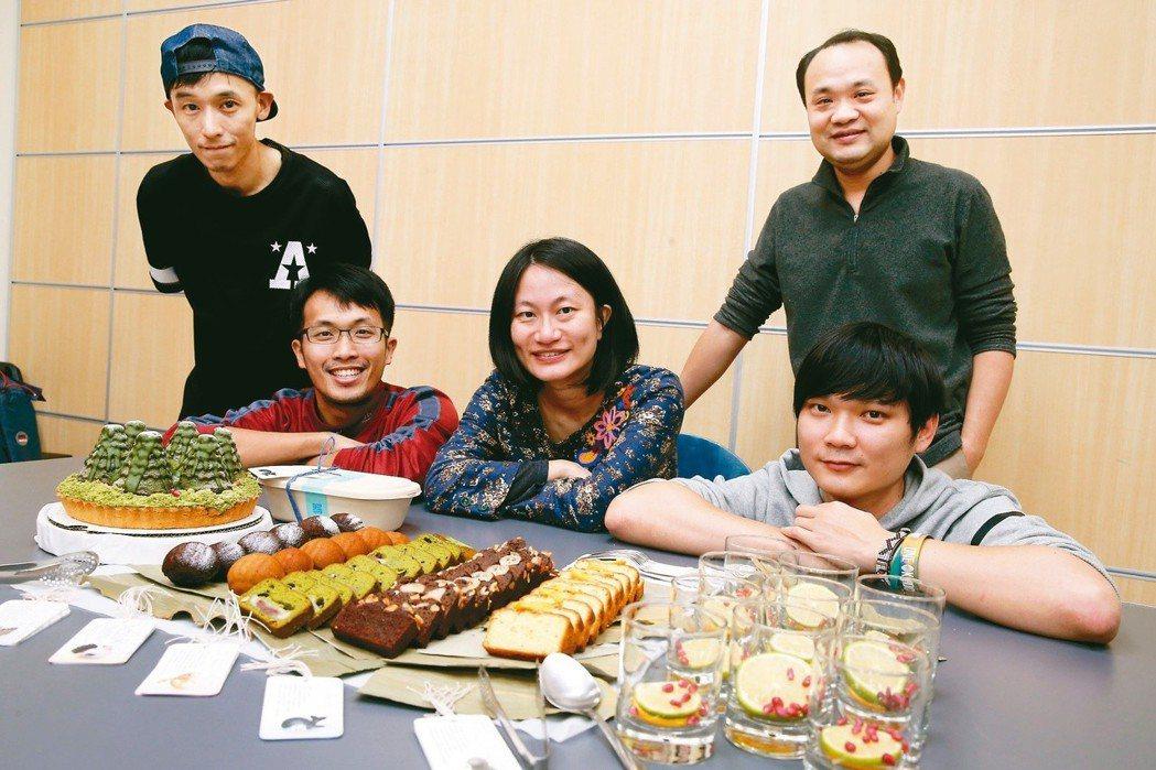 左起為伊森、陳人平、洪平珊、吳宗憲(立者)與王庭碩。 記者徐兆玄/攝影
