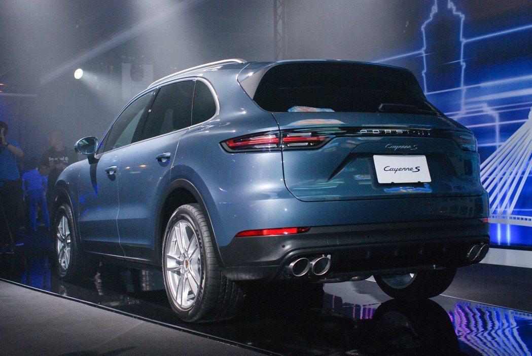 車尾修長連貫的尾燈造型,與品牌旗下其他的 911、 Panamera車系略微相似...