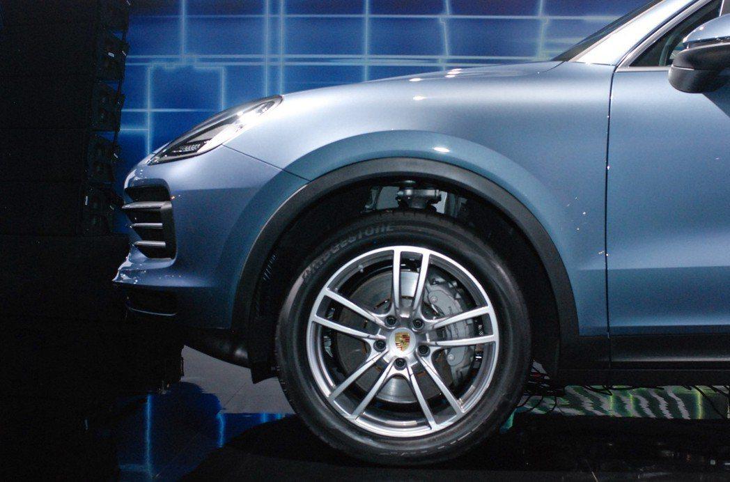 胎框部分,Porsche Cayenne 標配19吋起,並採用前後配設定,最大可...