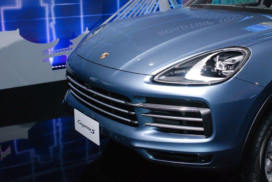 更加低扁、大器的鍍鉻橫柵氣壩讓全新Cayenne的車臉更為精緻。 記者林鼎智/攝...