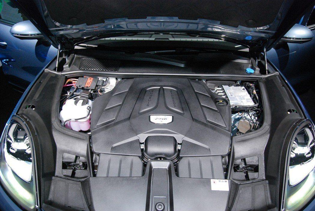 Cayenne S 搭載 2.9 升V6雙渦輪引擎,最大馬力達440匹/56.1...