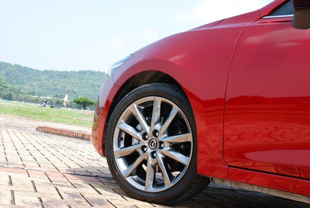 不論是四門房車或五門掀背,尊榮安全版車型以上皆採用 215/45 R18 的胎框設定。 記者林鼎智/攝影