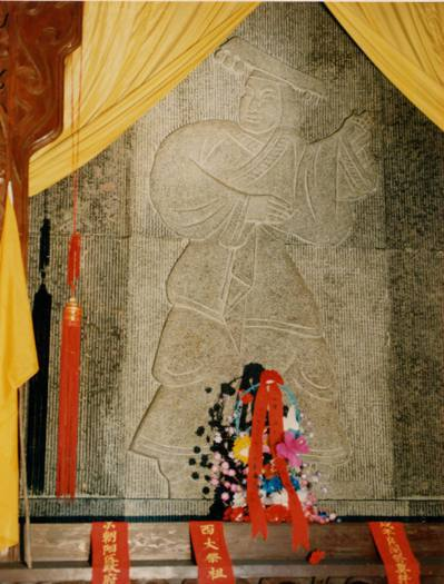 橋山東麓軒轅廟正殿,供奉的人文初祖黃帝像,在清明時光彩異常。 中新社