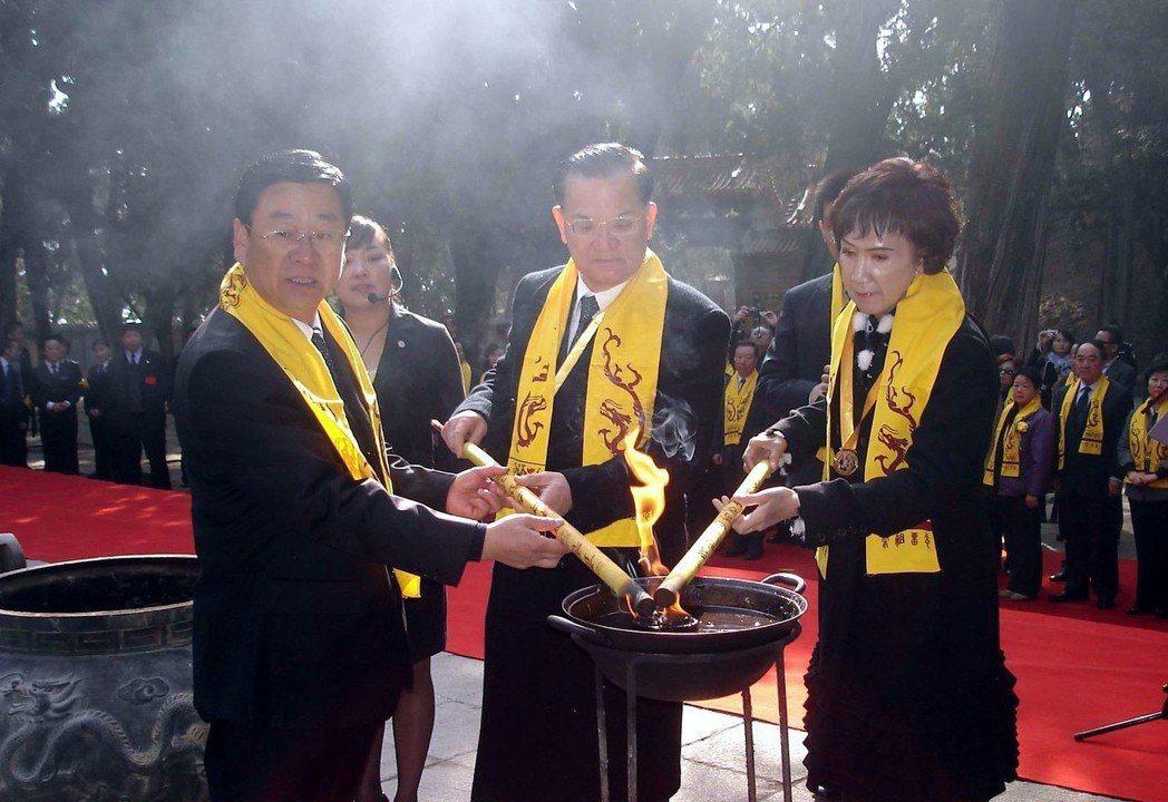 2009年4月4日,連戰夫婦在黃帝陵前上香。 中新社