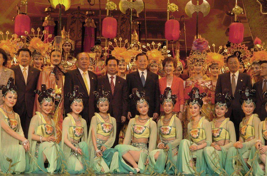 2005年4月30日國民黨主席連戰率領團訪陸,在西安觀看再現唐朝盛世氣象的「夢回...