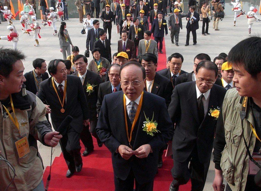 2005年4月5日,蔣孝嚴(中)走向新落成的軒轅殿。 新華社