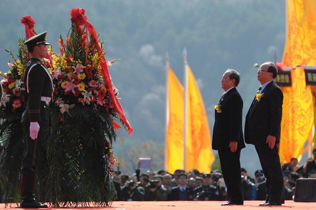 2015年4月5日,國民黨榮譽副主席蔣孝嚴、新黨主席郁慕明向軒轅黃帝敬獻花籃。 ...