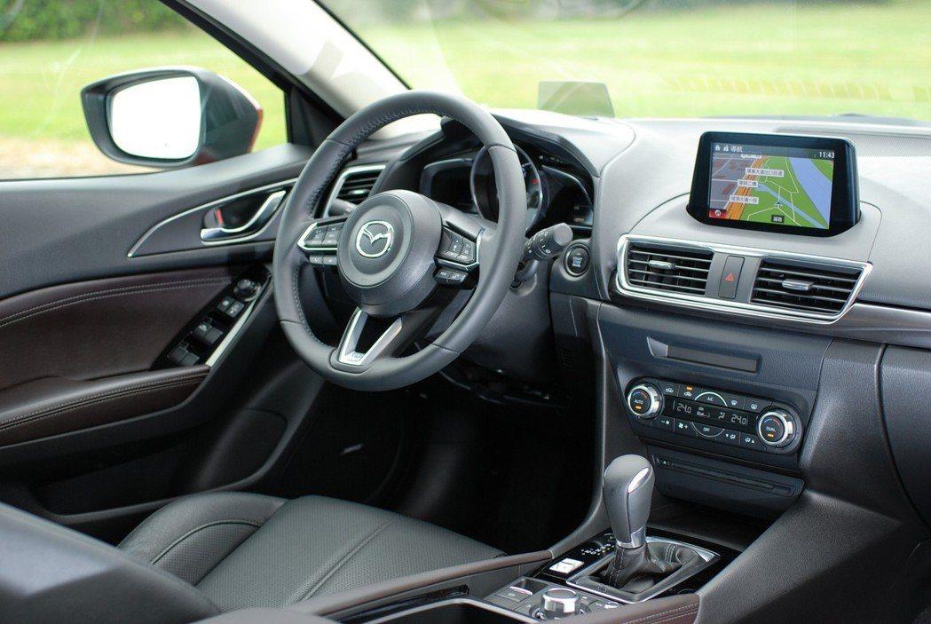 「人馬一體」的車艙設計精神,讓駕駛可以較輕鬆的乘坐姿勢駕馭車輛。 記者林鼎智/攝...