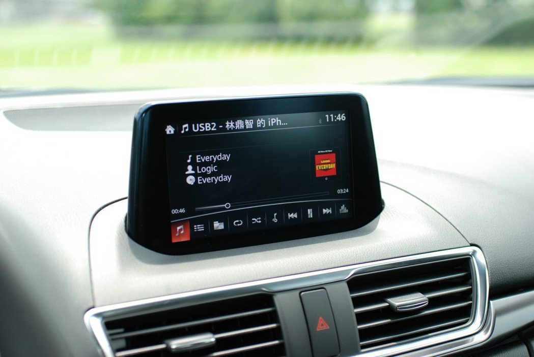 MZD Connect 人機智慧資訊整合系統與 7 吋中央資訊顯示幕相當方便。 記者林鼎智/攝影