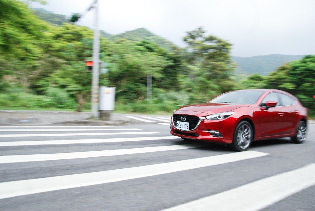 Mazda3 具有輕巧靈活的轉向手感,在掀背車型的 2,700mm 軸距設定下,具有相當好駕馭的 tone 調。 記者林鼎智/攝影