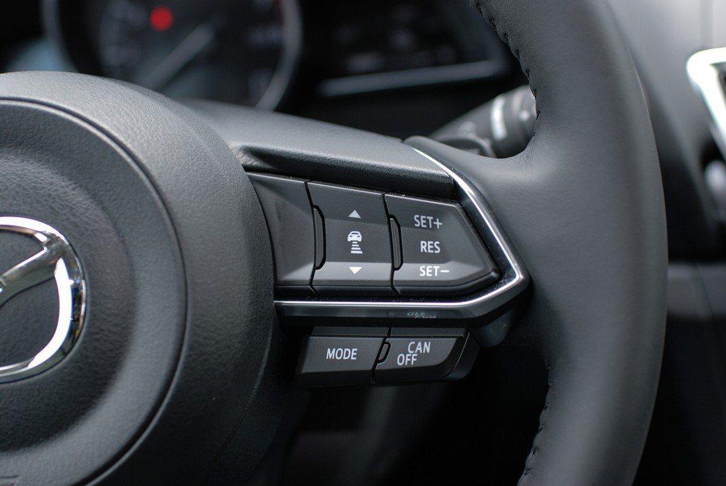 為因應新增的MRCC主動定速巡航,旗艦款車型在在三幅方向盤的右側設置了MRCC設定按鍵,提供就手便捷的操作介面。 記者林鼎智/攝影