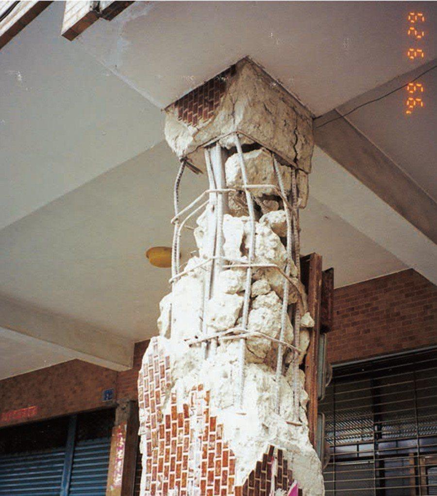 ■大樓騎樓柱破壞情形,工人未依結構圖說施工綁紮柱中央區箍筋間距太大,造成主筋挫屈...