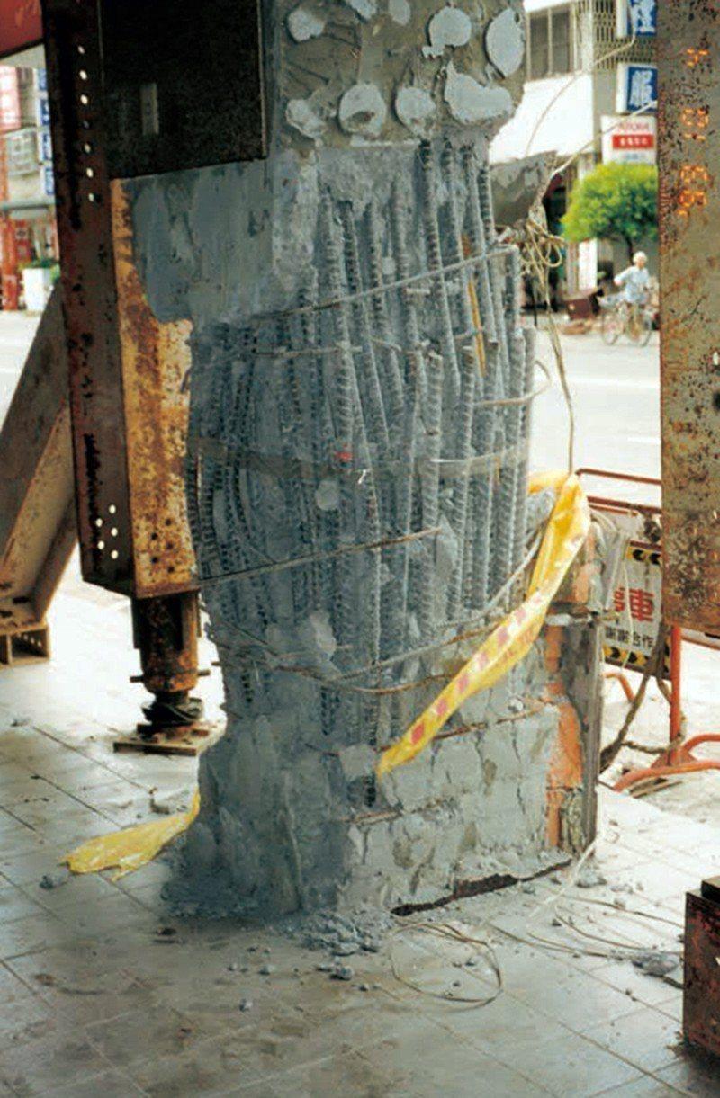 柱主筋搭接位於樓版起始處且箍筋紮置不良,間距太大,造成破壞。