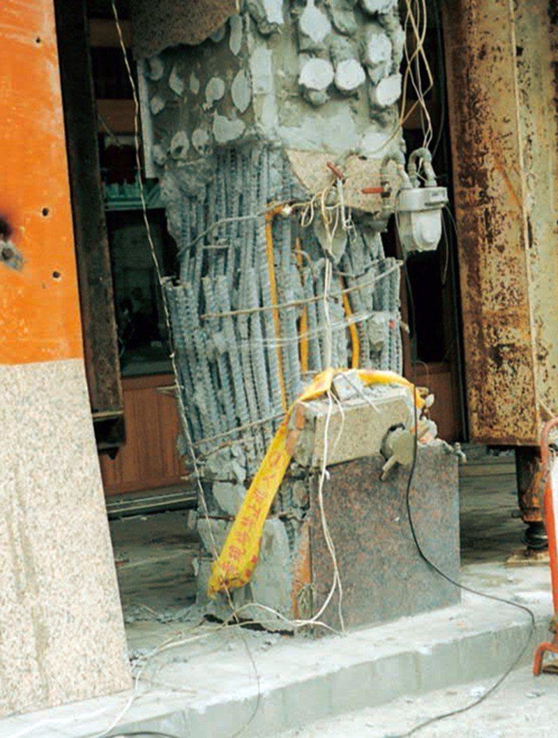 ■柱主筋搭接在同一斷面,搭接位置的鋼筋密密麻麻,間距太小。