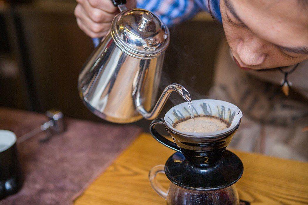 邱三歲在吧台沖煮咖啡時非常專注。