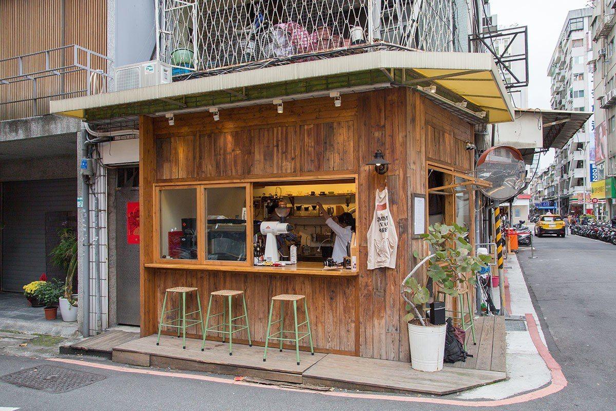 木質裝潢的小店吸引路人駐足品味好咖啡。