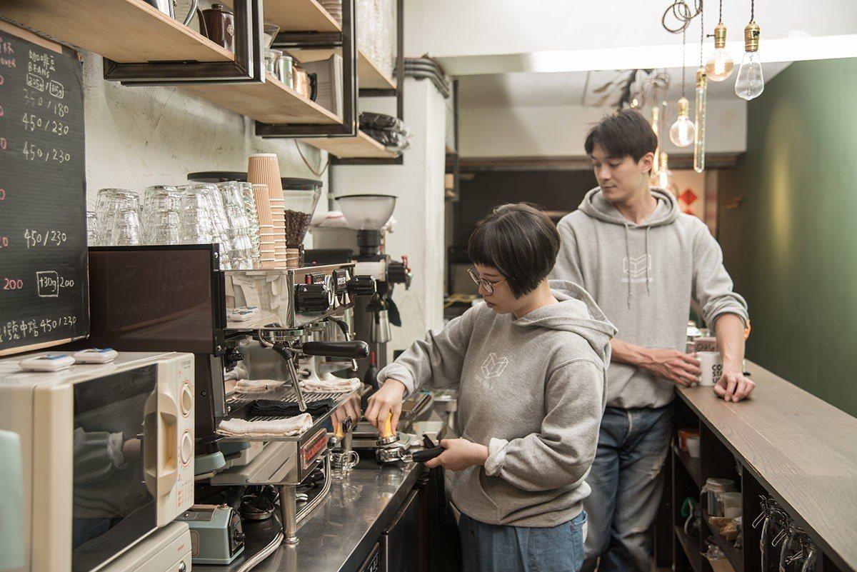喬壹和草莓都愛喝咖啡,也煮一手的好咖啡,長長的吧台是兩人每天工作的地方。
