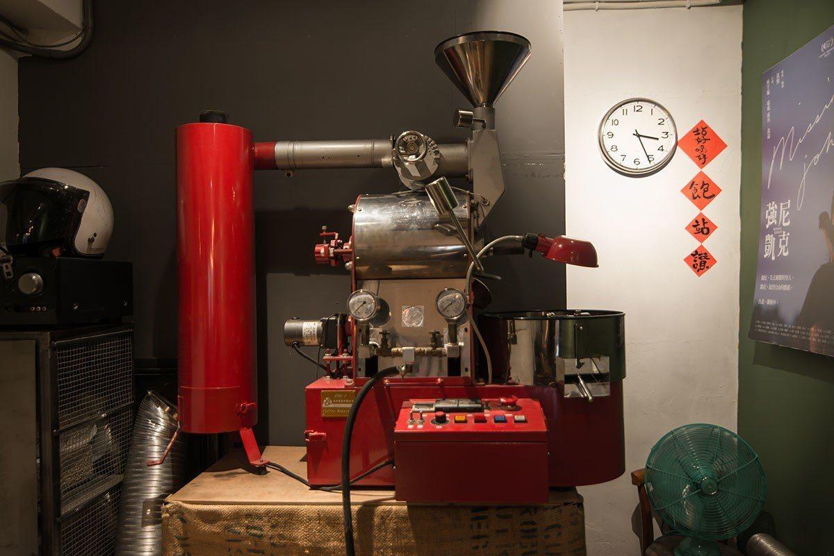 每週兩天,喬壹會用這台紅色的烘豆機烘豆,整間店都瀰漫著迷人的香氣。