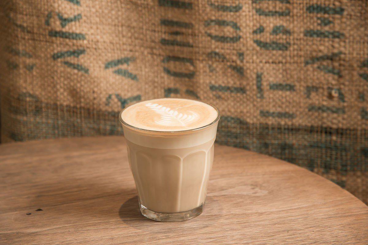 喜歡咖啡加奶,就點拿鐵,或是另一款Espresso加2oz牛奶的「小杯加牛奶」。