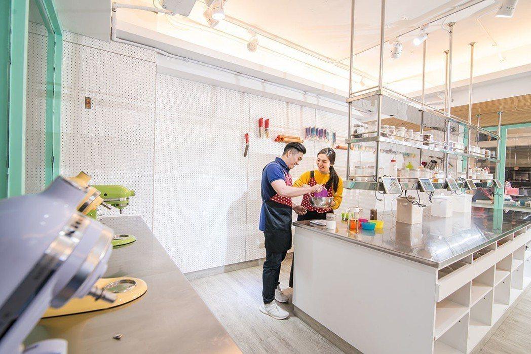 情侶相偕來易烘焙製作當天的生日蛋糕,粉紅泡泡感染每一個製作過程。